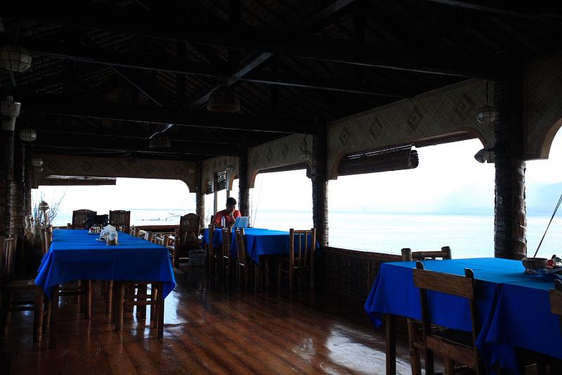 水上で3食ビュッフェスタイル レストラン3-1